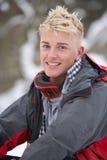 Ropa del invierno del adolescente que desgasta en nieve Foto de archivo