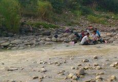 ropa del lavado en el río fotos de archivo