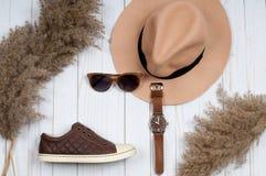 Ropa del otoño, zapatillas de deporte y sombrero elegante pequeño bolso púrpura Fotos de archivo libres de regalías