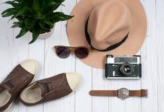 Ropa del otoño, zapatillas de deporte y sombrero elegante pequeño bolso púrpura Imagen de archivo libre de regalías