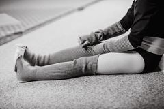Ropa del piso del bailarín de la muchacha que se sienta después de entrenar fotos de archivo libres de regalías