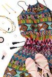 Ropa del verano de la mujer y complementos El mono colorido, sandalias, accesorios de las mujeres, compone artículos Fotografía de archivo libre de regalías