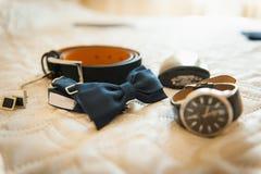 Ropa determinada del novio Anillos de bodas, zapatos, mancuernas y corbata de lazo Foto de archivo libre de regalías