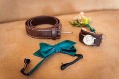 Ropa determinada del novio Anillos de bodas, zapatos, mancuernas y corbata de lazo Fotografía de archivo libre de regalías
