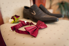 Ropa determinada del novio Anillos de bodas, zapatos, mancuernas y corbata de lazo Fotos de archivo