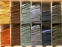 Ropa doblada diversos colores Fotos de archivo