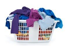 Ropa en cesta de lavadero. Azul, añil, púrpura. Fotografía de archivo