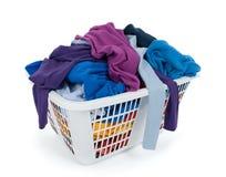 Ropa en cesta de lavadero. Azul, añil, púrpura. Fotografía de archivo libre de regalías