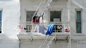 Ropa en el balcón en tiempo ventoso en el día soleado, diversidad del viaje, almacen de metraje de vídeo