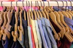 ropa en el estante Imágenes de archivo libres de regalías