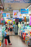 Ropa en el mercado de Ben Thanh Imagen de archivo libre de regalías