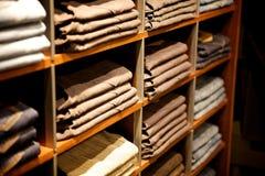 Ropa en un almacén Foto de archivo libre de regalías