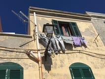 Ropa en una línea que se lava en Italia Cerdeña imagenes de archivo