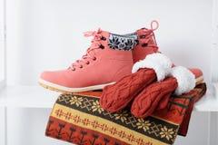 Ropa femenina y zapatos del invierno hermoso Imagenes de archivo