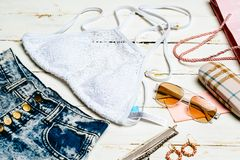 Ropa fijada, accesorios de la muchacha del verano de la moda Equipo del verano Flores de moda de las gafas de sol de la moda Seño Imágenes de archivo libres de regalías