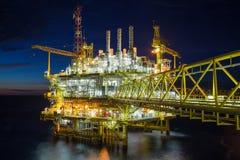 Ropa i gaz środkowa przerobowa platforma w słońcu ustawiającym w zatoce Tajlandia, Ropa i gaz ponaftowy biznes Zdjęcia Royalty Free