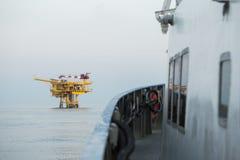 Ropa i gaz budowa w morzu i widok od zaopatrzeniowej łodzi, produkci platforma w ropa i gaz przemysle, Ropa i gaz biznes Obraz Royalty Free