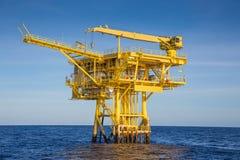 Ropa i gaz daleka platforma produkujący wellhead olej i surowy gaz wtedy wysyłaliśmy środkowa przerobowa platforma Zdjęcia Royalty Free