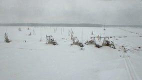 Ropa i gaz przemysłu pompa Praca nafcianej pompy dźwigarka na polu naftowym, Kamchatka, tundra, Yamal, północ, Zachodnia, Syberia zdjęcie wideo