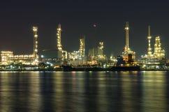 Ropa i gaz rafineria przy nighttime - Petrochemiczna fabryka Zdjęcia Stock