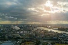 Ropa i gaz rafinerii zakład petrochemiczny z światłem słonecznym lub roślina zdjęcia royalty free