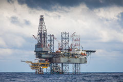 Ropa i gaz wiertniczy takielunek pracuje na dalekiej wellhead platformie Obrazy Stock
