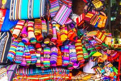 Ropa indígena en mercado en La Paz - Bolivia foto de archivo
