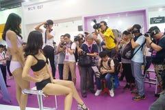 Ropa interior femenina de la demostración de los modelos Fotos de archivo libres de regalías