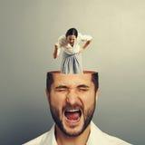Ropa mannen och den ilskna affärskvinnan Royaltyfria Bilder