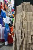 Ropa mexicana para la venta en un mercado Fotos de archivo
