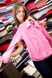 Ropa ocasional de las compras de la mujer Foto de archivo libre de regalías