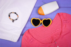 Ropa para la mujer y los accesorios para las vacaciones y el verano Imagenes de archivo