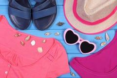 Ropa para la mujer y los accesorios para las vacaciones y el verano Fotografía de archivo libre de regalías