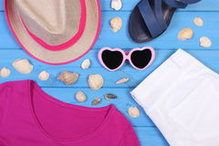 Ropa para la mujer y los accesorios para las vacaciones y el verano Fotografía de archivo