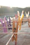 Ropa-pernos que cuelgan en una cuerda para tender la ropa Fotos de archivo