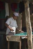 Ropa que plancha del sastre del Nepali Foto de archivo libre de regalías