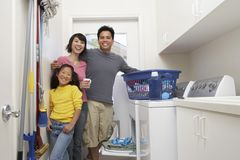 Ropa que se lava de la familia junto fotografía de archivo libre de regalías