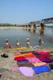 Ropa que se lava de la gente en Agra, la India Fotos de archivo