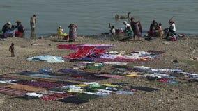 Ropa que se lava de la gente en el río del te, Mandalay, Myanmar almacen de video