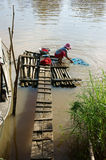 Ropa que se lava de la gente en el río Foto de archivo libre de regalías