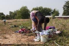 Ropa que se lava de la mujer africana Fotos de archivo