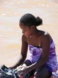 Ropa que se lava de la mujer malgache fotos de archivo