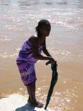 Ropa que se lava de la mujer malgache imagen de archivo libre de regalías