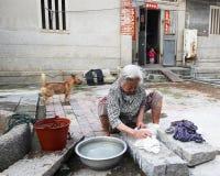 Ropa que se lava de la mujer mayor Fotos de archivo