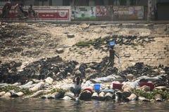 Ropa que se lava del hombre en Dacca, Bangladesh Imagenes de archivo