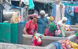 Ropa que se lava del trabajador en Dhobi Ghat en Bombay, la India Imagen de archivo libre de regalías