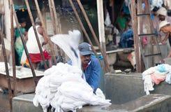 Ropa que se lava del trabajador en Dhobi Ghat en Bombay, la India Foto de archivo libre de regalías