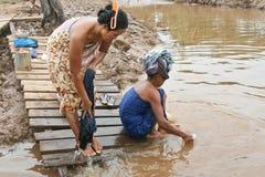 Ropa que se lava en el río fotos de archivo