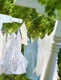Ropa que se seca en cuerda para tender la ropa Fotos de archivo