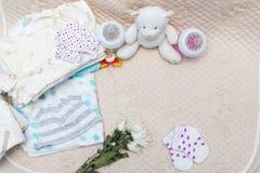 Ropa recién nacida del bebé Imágenes de archivo libres de regalías
